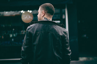 Om cu spatele, imagine de Allef Vinicius - preluata de pe unsplash.com