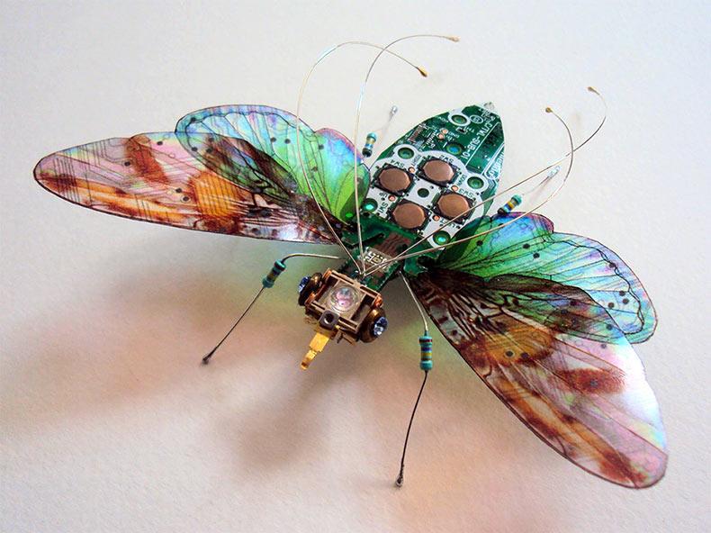 Insectos alados construidos a partir de reutilizadas placas de circuito y sistemas de videojuegos