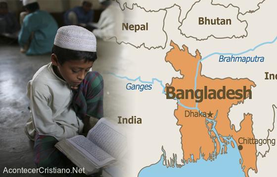 Niño estudiando el Corán en una escuela islámica de Bangladesh
