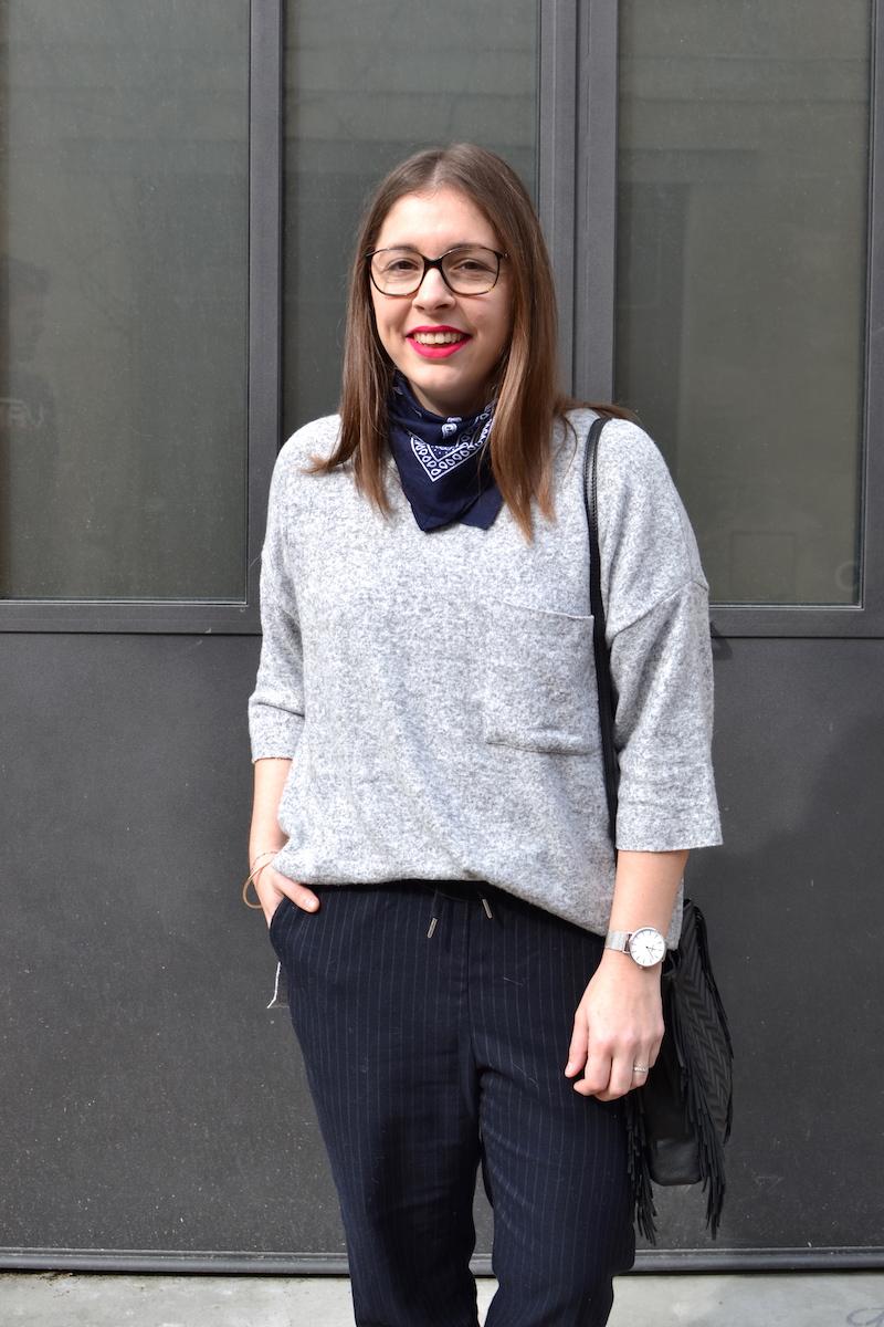 pull gris zara, bandana bleu marine Asos, pantalon bleu marine rayé H&M, sac Maje