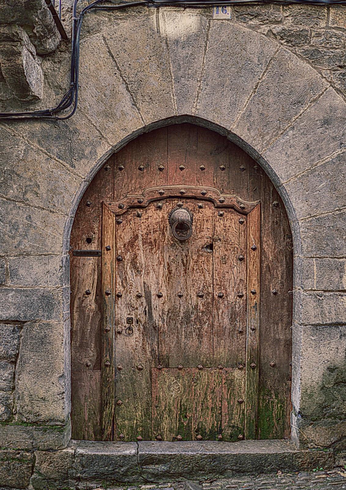 Reflejos next door project for Fotos de puertas de madera antiguas