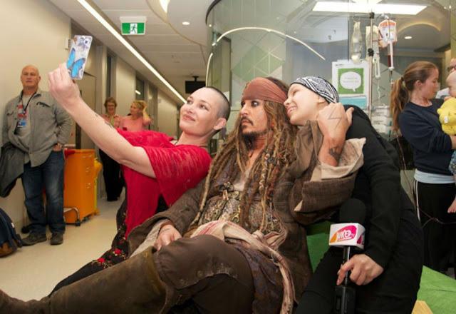 Johnny Depp visitó a jóvenes en hospital vestido como Jack Sparrow Johnny-Depp