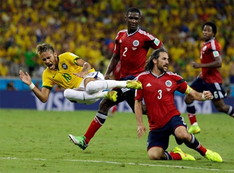 Neymar (trái) phải nghỉ thi đấu đến hết World Cup 2014.