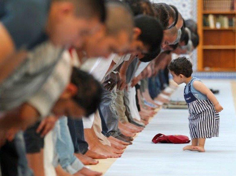 kenalkan-anak-kita-dengan-masjid-ajak-mereka-untuk-sholat-di-masjid