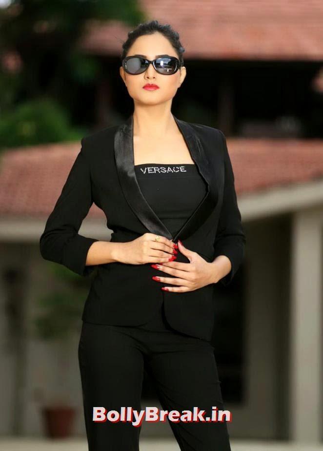 , Harinakshi Looking Sexy in Black Saree & Jeans