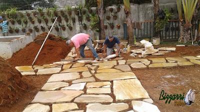 Bizzarri fazendo a execução do caminho de pedra no jardim, sendo tipo de caminho com pedra com junta de grama com pedra cacão de São Tomé. 27 de janeiro de 2017.