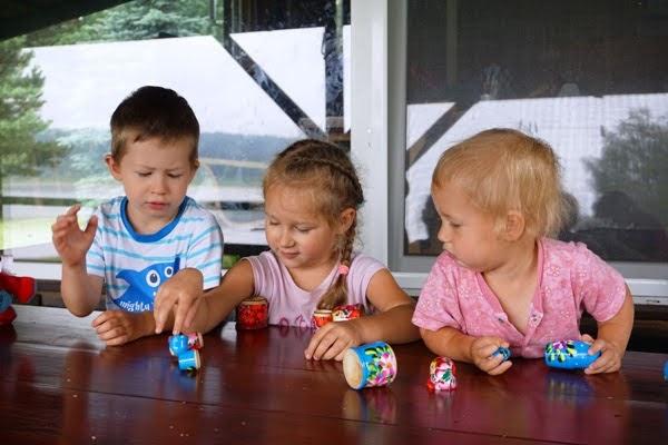 wspólna zabawa rodzeństwa na wakacjach, babuszki - pamiątka z wyjazdy\u