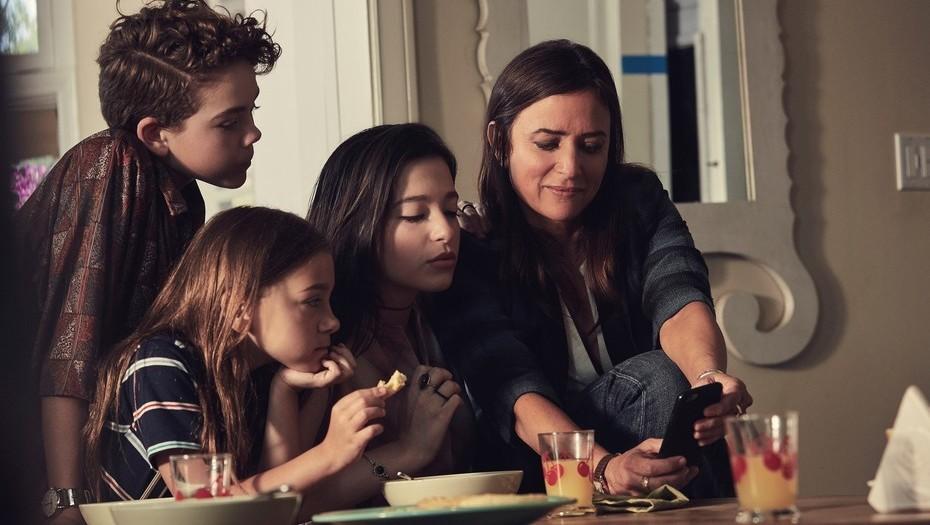 Sam y sus tres hijas en 'Better Things'