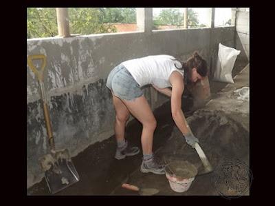 Mahasiswi Belgia sedang mengaduk saat melakukan kerja sosial di Desa Kemutug Lor, Kecamatan Baturraden, Banyumas, Jawa Tengah.