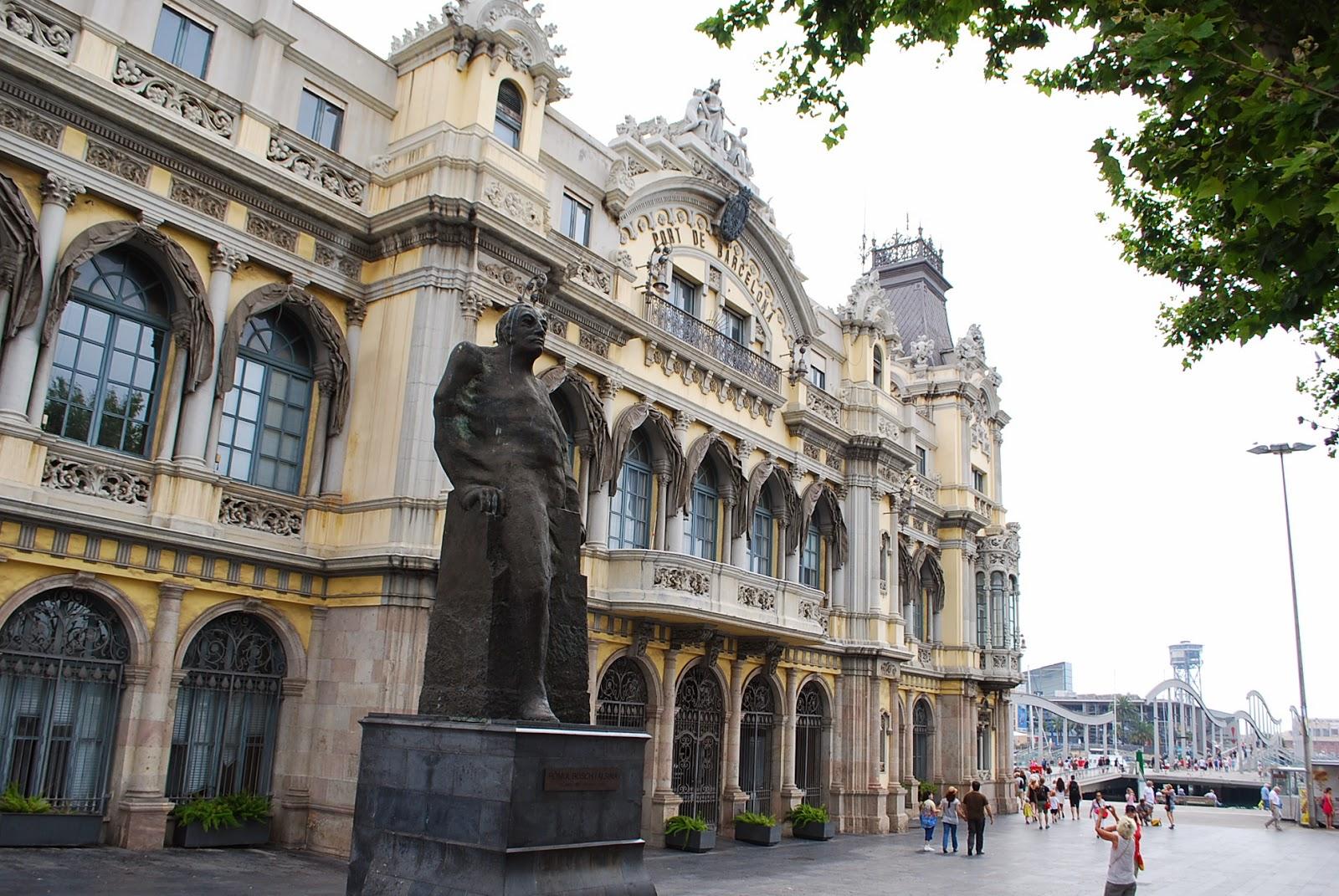 Старое здание порта Барселоны и немного испачканная статуя Rómulo Bosch