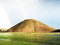 Üstünde ve önünde iki gök kuşağı bulunan sivri bir tepe