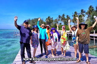 wisatawan liburan di pulau karimunjawa