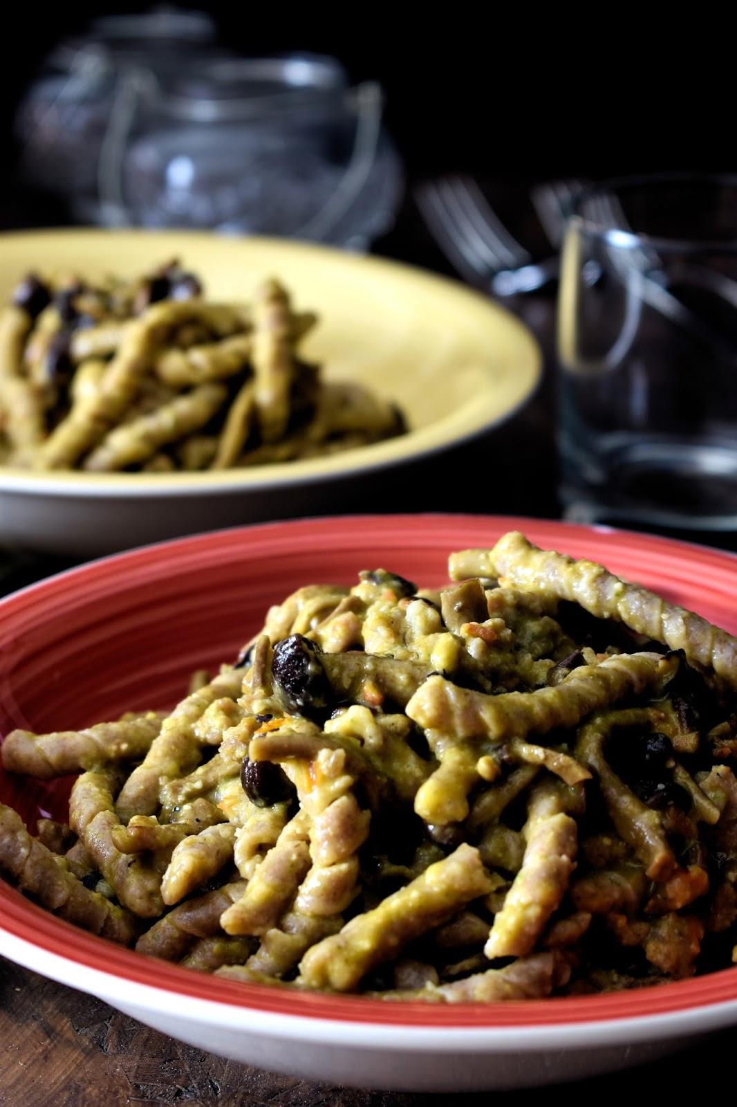Busiate con pesto trapanese, funghi, olive nere e salsiccia