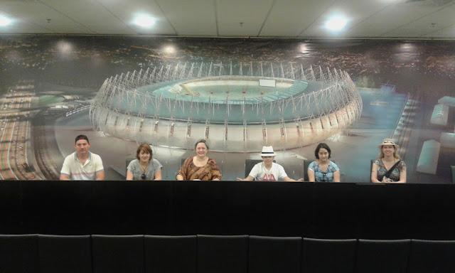 Entrevista coletiva em família na sala de imprensa da Arena Castelão.