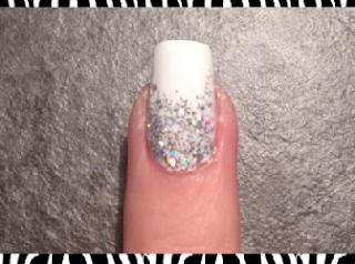 Unghia bianca con glitter. Molto elegante e facilissima da fare.