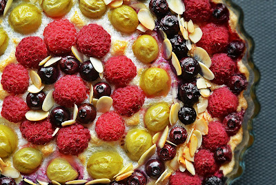 Tarta na jaglanym spodzie z letnimi owocami i płatkami migdałowymi