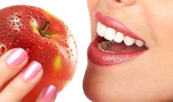 هل تصدق ماذا تفعل تفاحة واحدة بجسم الانسان اذا تناولتها يوميا