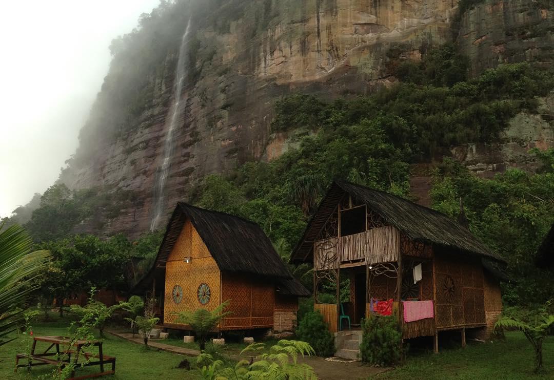 Lembah Harau Pemandang Keren dengan Background Tebing