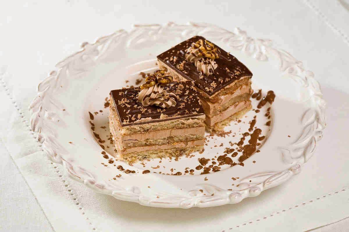 """Домашний торт """"Кофейный орешек"""" готовить не сложно. При подготовке бисквита совсем не обязательно срезать верхнюю и нижнюю «корочку»"""