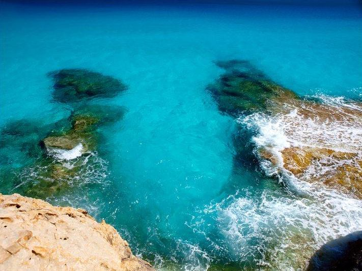 0262b2deb ... والحقبات التاريخية الغنية ، طبيعة خلابة تمزج ما بين الصحارى والجبال  الشامخة والشواطئ الرملية المذهلة الحاضنة لبحور ذي مياه فيروزية منعشة تعيد  الشباب.
