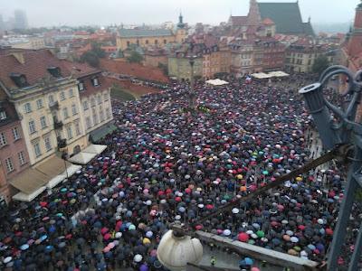 http://wiadomosci.gazeta.pl/wiadomosci/56,114871,20784026,plac-zamkowy-za-maly-na-glowna-manifestacje-z-minuty-na,,1.html#MegaMT