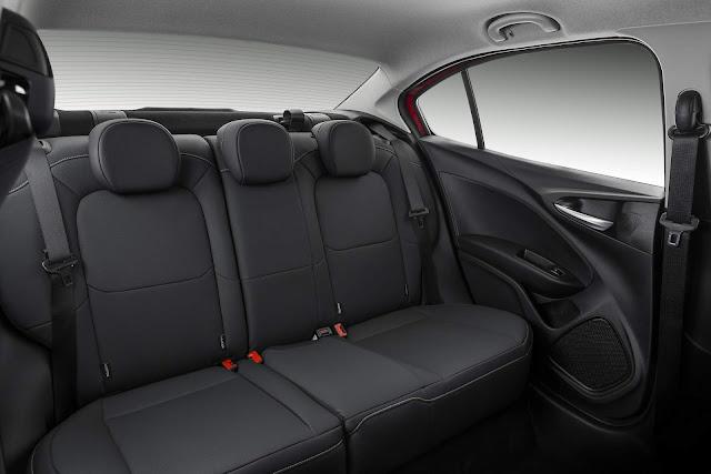 Fiat Cronos Precision 1.8 Automático - espaço traseiro