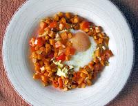 Ψιλοκομμένη γλυκοπατάτα τηγανισμένη με πιπεριά Φλωρίνης, κρεμμύδι κι αυγά.