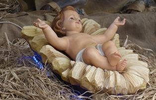 statua di gesù bambino nel fienile