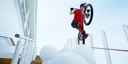Der BMX Trial Star Fabio Wibmer erkundet auf dem Bike die AIDAprima | ANZEIGE