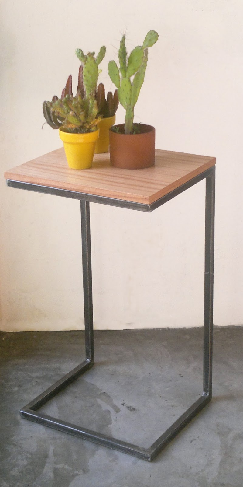 Mesa de arrime hierro y madera. Auxiliar | Trifecta muebles