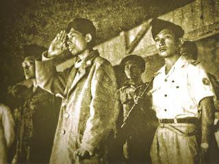 Soeharto bersanding dengan panglima jendral besar soedirman