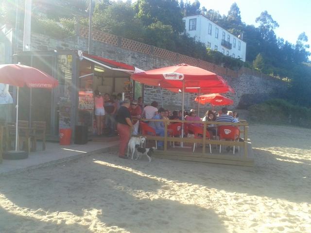 Bar com esplanada da praia de Arnelas
