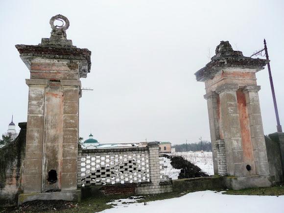 Самарский Свято-Николаевский монастырь. Руины ворот
