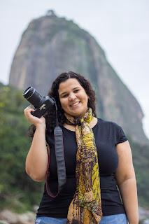 """Carioca da gema, Bióloga, Fotógrafa, viajante e protetora dos animais. Comecei a desvendar o mundo fotográfico na infância, com a Polaroid do meu pai. Na faculdade de Biologia, usava a fotografia pra registrar as práticas de campo e as paisagens. Desde então, tenho como hobby fotografar minhas viagens e meus filhos pets.   Em 2014 a fotografia se tornou uma profissão após me formar pelo Ateliê da Imagem Espaço Cultural, e a pedidos passei a cobrir festas dos filhos dos amigos e familiares e vi que levava jeito nesse mundo.  Tenho buscado me especializar em festas infantis, ensaios de família e pets... ou ainda, em qualquer lugar onde haja amor.   Acredito que a fotografia é a maneira mais doce de contar histórias e registrar momentos inesquecíveis.  Quer conhecer mais um pouquinho de mim e do meu trabalho?  """"Fotografar é colocar na mesma linha de mira a cabeça, o olho e o coração."""" - Henri Cartier-Bresson""""   Foto: Amanda Moreira Fotografia"""