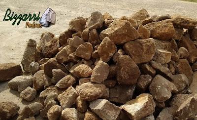 Pedra para parede de pedra, com pedra moledo, nesse tom de cor de pedra amarelado, pedras com tamanhos variados. Pedra apropriadas para construção de paredes de pedra tipo duas faces.