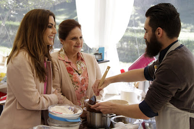 Ticiana e Mira conversam com Marcos, enquanto ele prepara o naked cake - Crédito: Gabriel Gabe/SBT
