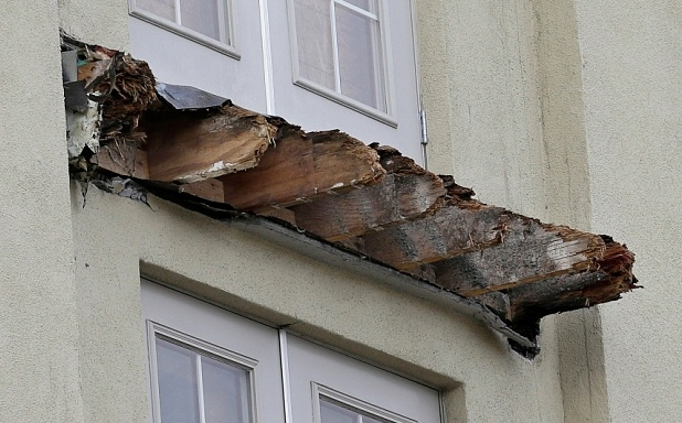 Gardens Apartment Building Balcony That Collapsed In Berkeley California Make Sure You Know How To Spot Dry Rot Before Cleaning Windows On A Balcony
