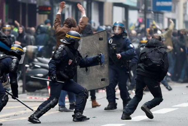 """Kerusuhan """"Rompi Kuning"""" di Paris Rugikan Negara Tiga Juta Euro"""