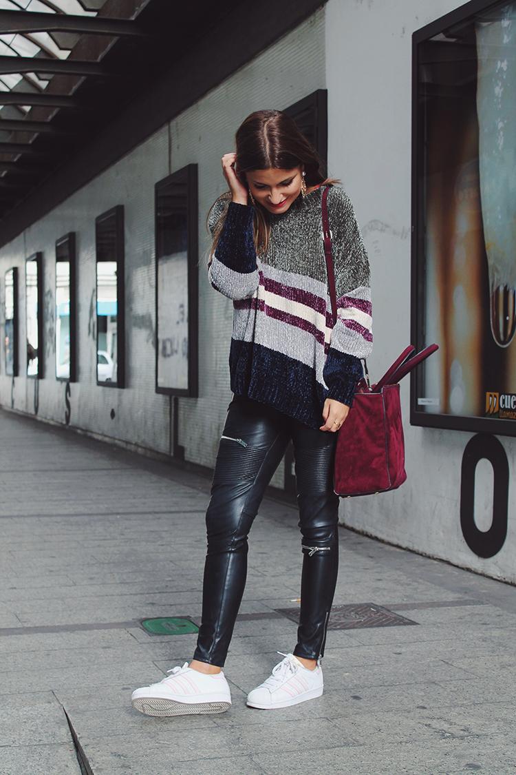 outfit comodo con jersey de rayas y zapatillas