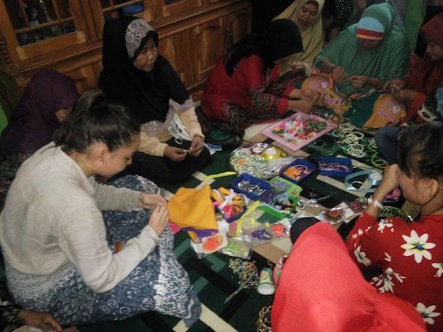 Kunjungi  Balai Sakinah 'Aisyiyah Pangkep, Mahasiswi  Sydney ini Belajar Buat Tas dari Sampah Plastik