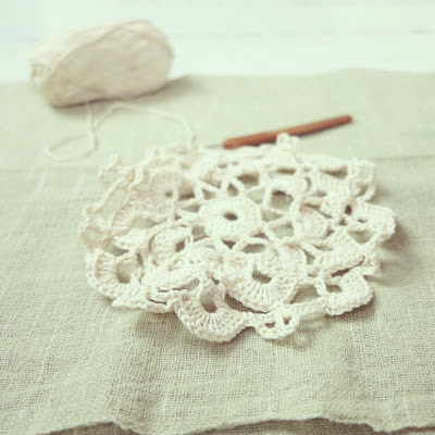 ByHaafner, crochet, doily, Japanese crochet pattern, offwhite, work in progress, pastel green woven fabric