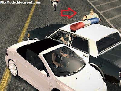 policiais atirando de dentro do carro durante perseguição