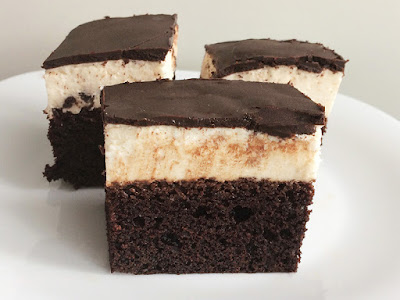Ciasto z ptasim mleczkiem na czekoladowym biszkopcie