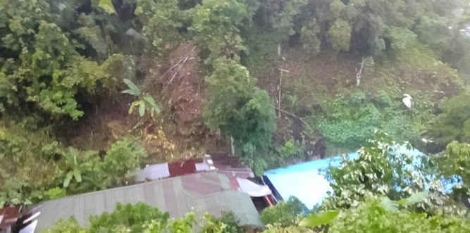 Seorang anak, Nabila Beorno (10), warga RT/RW 002/02 Kelurahan Amantelu, Desa Batu Merah, Kecamatan Sirimau, Kota Ambon, mengalami luka-luka akibat tertimbun material longsoran tanah yang terjadi, Selasa malam.
