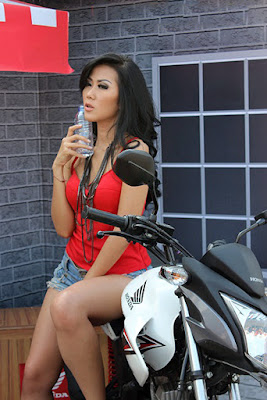 Siapa nama model cantik pakai tanktop merah di Honda
