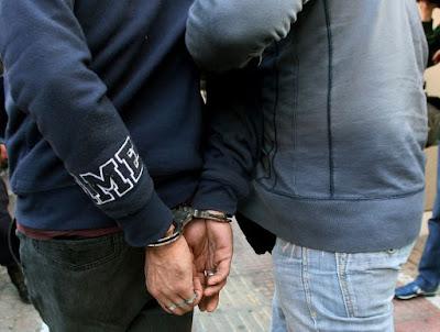 Σύλληψη δύο ημεδαπών στην Ηγουμενίτσα για κλοπή περιπτέρου, αντίσταση και απείθεια