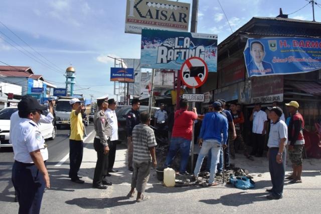 STOP : Truk Sirtukil Dilarang Masuk Simpang Balah Hilir Lubuk Alung