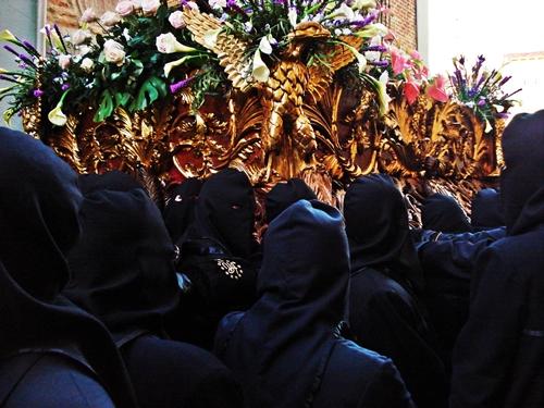 Braceros del paso de la Virgen de las Angustias. Cofradía de Nuestra Señora de las Angustias y Soledad. León. Foto G. Márquez.
