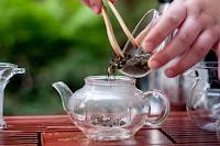 Vsypávání čajových lístků