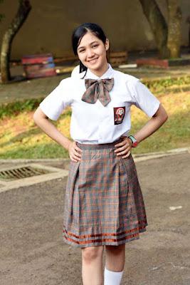 Artis Seragam SMA ROk Pendek Seksi Cut Syifa pegang pinggang